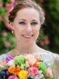 Strahlende Braut mit Brautstrauss